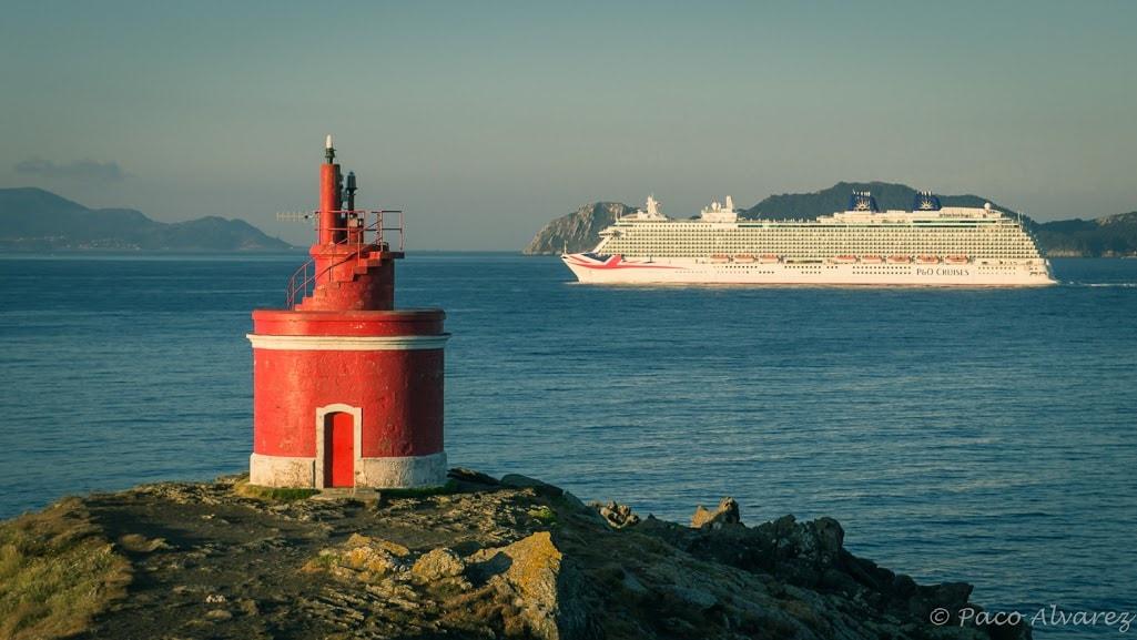 O Britannia entrando pola boca norte da ría de Vigo