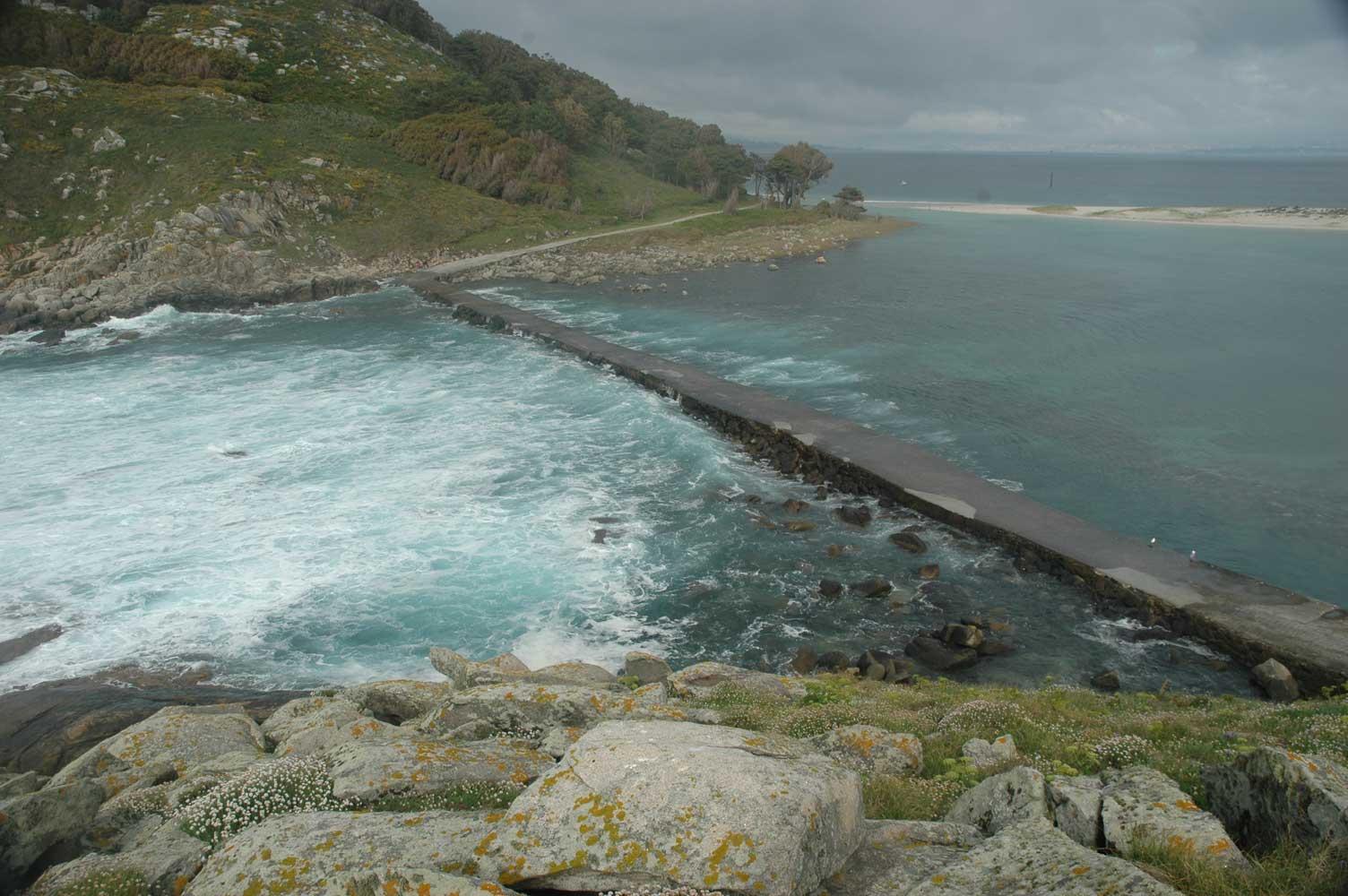 O mar modela o litoral de Cíes: Ondada sobre o dique da Lagoa dos Nenos