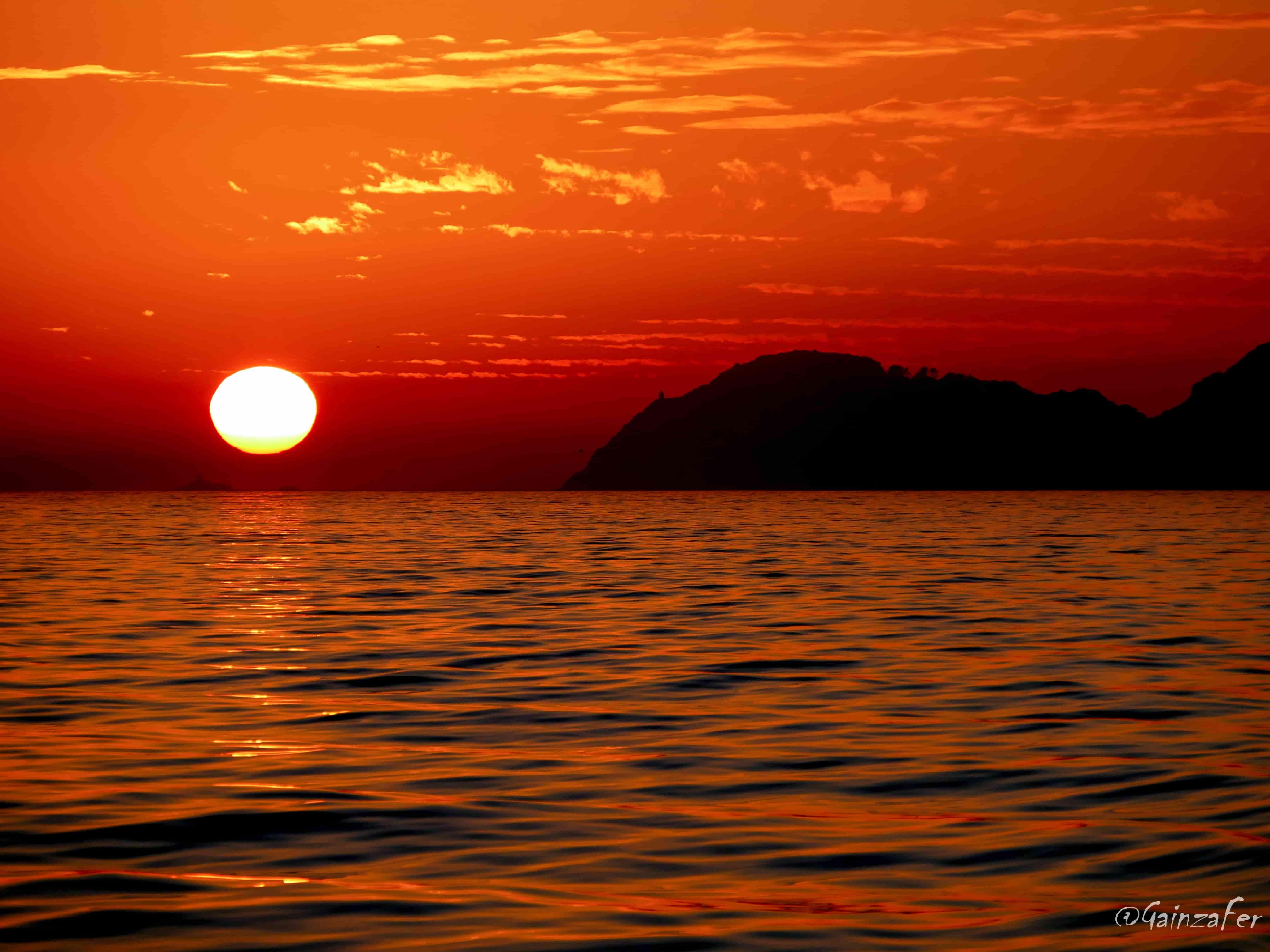 Cor laranxa de solpor indicando a hora na que se agocha o sol no horizonte das illas Cíes