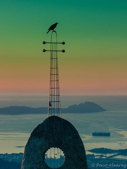 Monte Cepudo en Vigo. Posto de vixilancia de ave de rapiña sobre escultura.