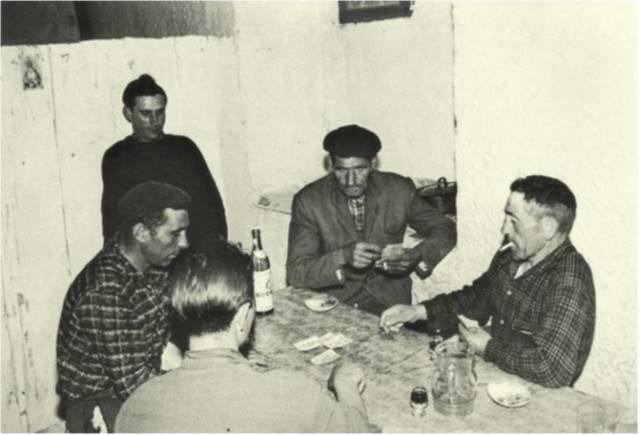 Veciños das illas Cíes xogando ás cartas