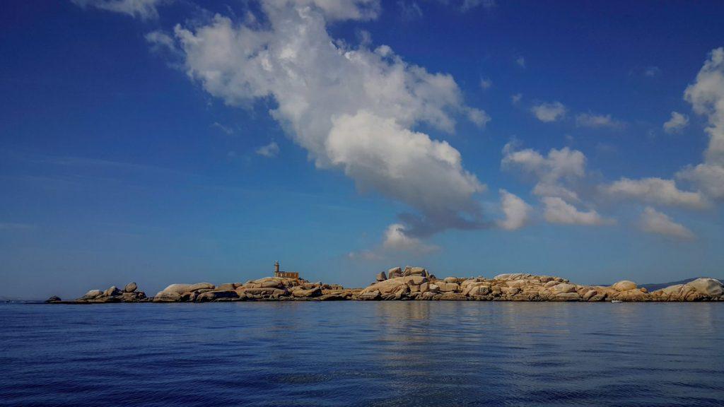 No medio do interior da Ría de Arousa está situada a illa de Rúa