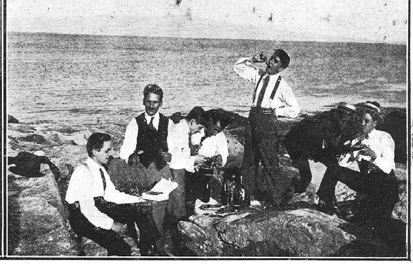 Verán de 1922. Excursionistas merendando en Cíes