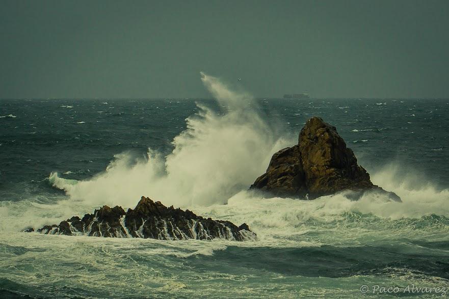 Contraste de colores entre el mar, el viento y la lluvia