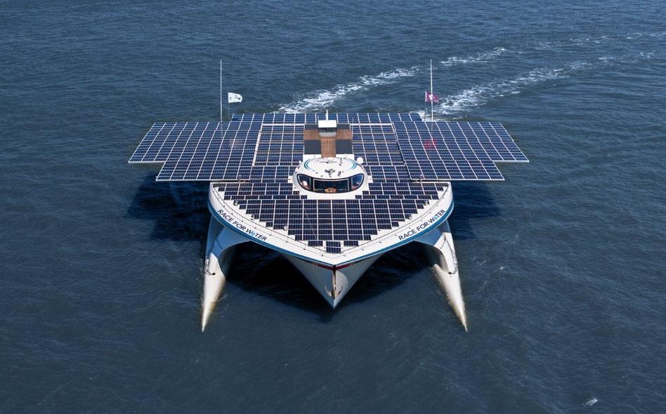 A loita contra os plásticos nos océanos, a bordo do barco solar máis grande do mundo