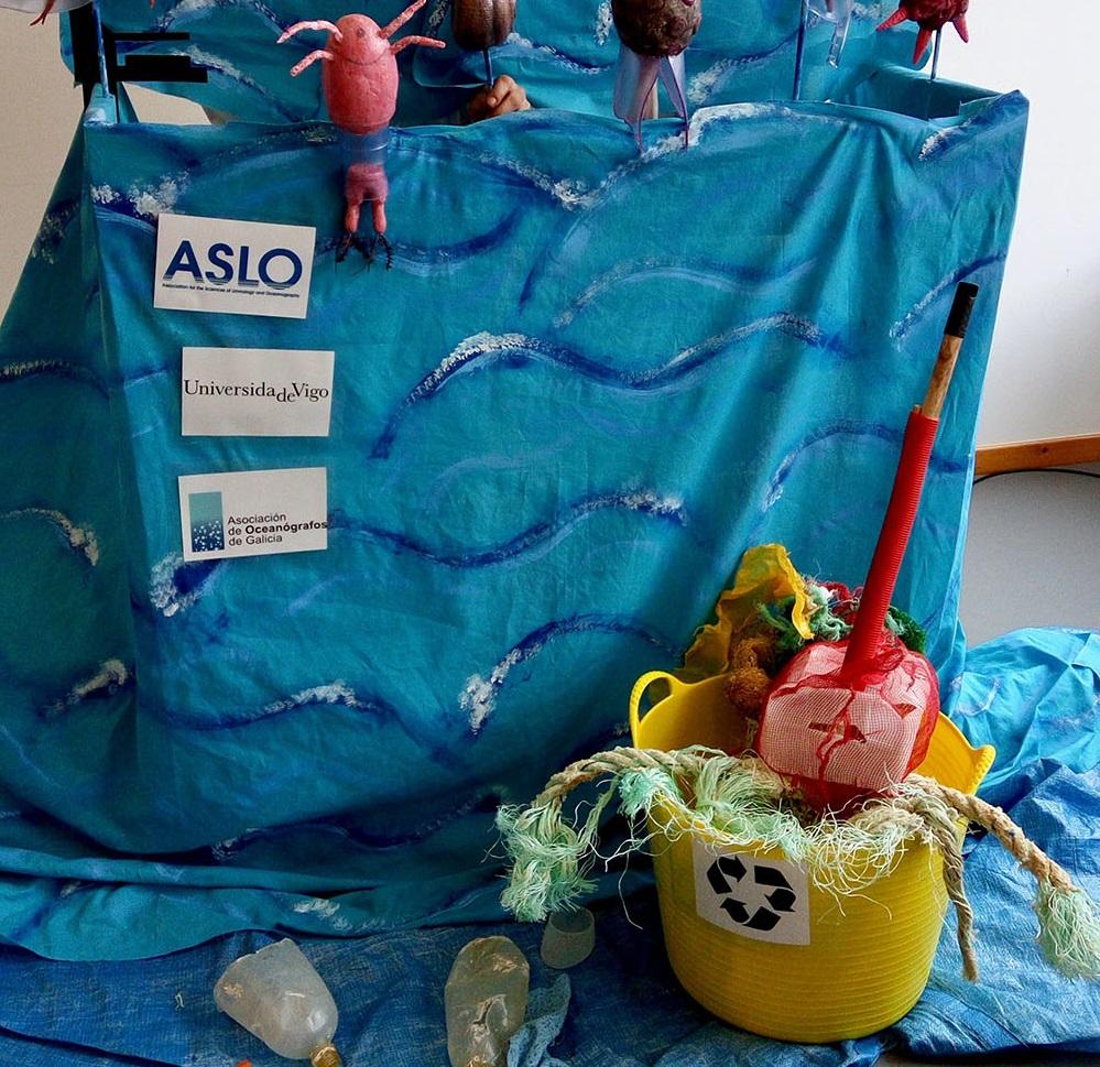 Un espectáculo de monicreques amosa a nenos e nenas o impacto que os plásticos teñen nos océanos