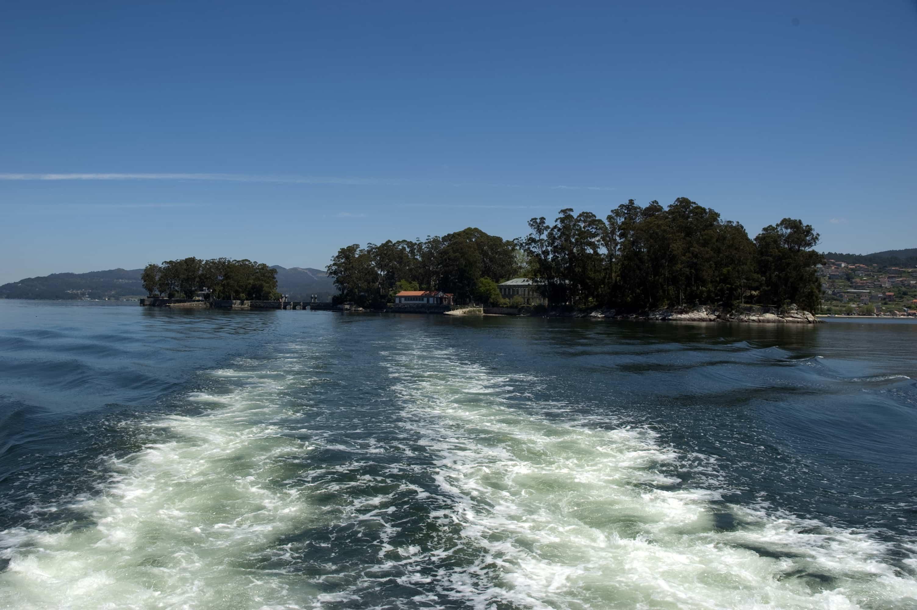 Navegando en kaiak ata a illa de San Simón