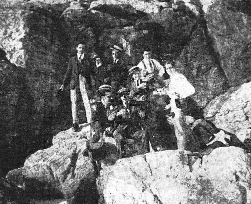 """Celebrando un gaudeamus entre las rocas """"ingentes"""" de las islas Cíes. 1923"""